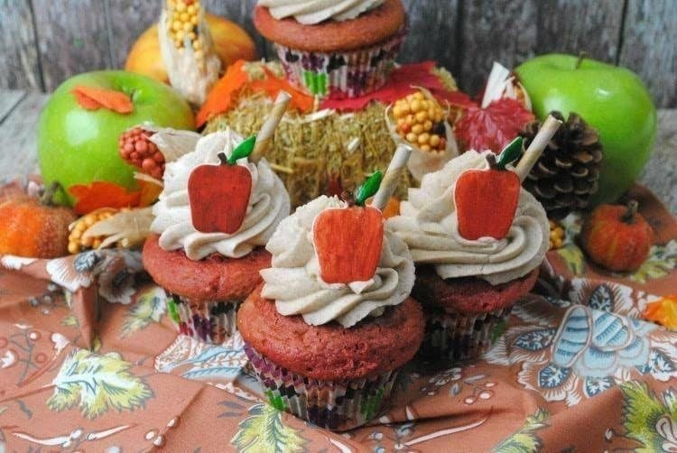 apple-cider-cupcakes-with-fondant-apple-1
