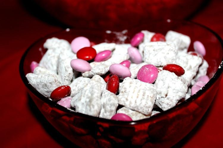 Easy Valentine's Day Recipes Muddy Buddies with M&Ms